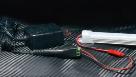 配線はこの通り。 1.5Aのアダプター+変換コネクタで、ハンダ付け不要で即点灯できます。