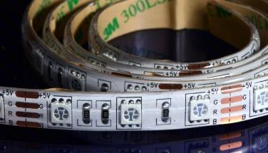 5cmで1ユニット。ユニット単位でカット可能です。 5050 RGB LEDが乗っています。 全長2m。 イベントで手軽に目立つ電飾が作れます。