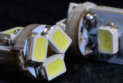 トップ+側面の拡大画像です。 白色LEDは黄色蛍光体が乗ってるのでわかりやすいですね。